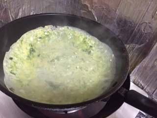 苔菜鸡蛋饼,转动锅子使面糊摊开