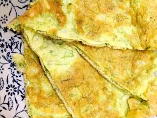 苔菜鸡蛋饼,两面金黄后,关火,放凉,切片即成。