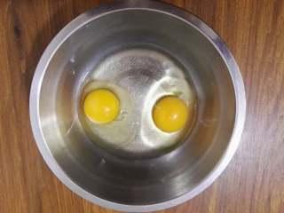 鸡蛋姜粉饼,鸡蛋磕开放盆里,用手动打蛋器或筷子搅拌,打散,要完全打散哦,否则饼里会有没打散的蛋白出现。