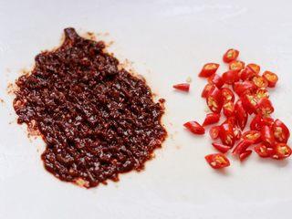 麻婆豆腐,郫县豆瓣酱剁碎,小红尖椒切碎