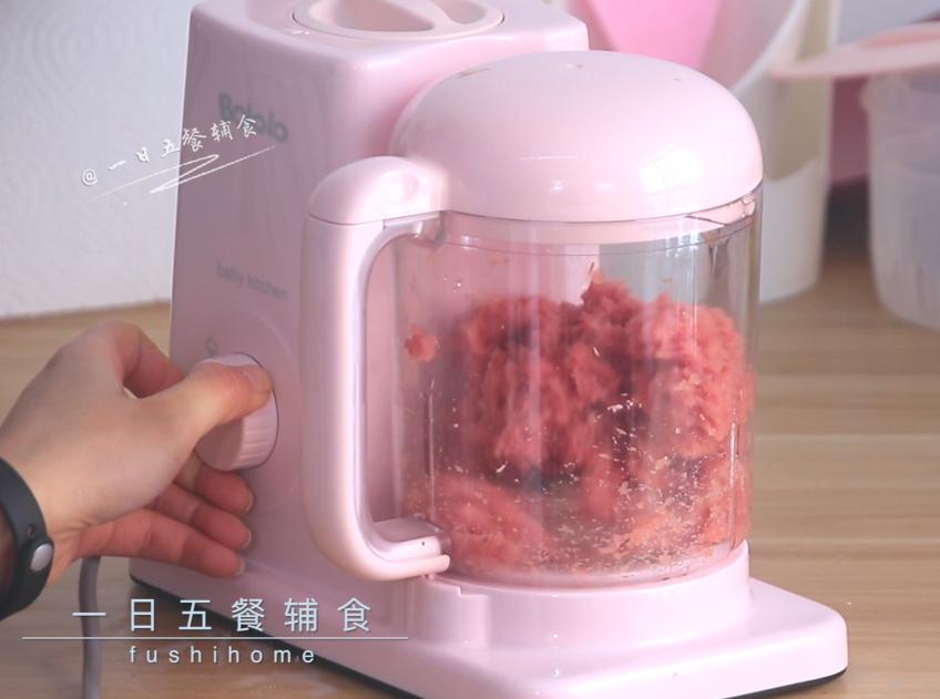 猪肉脯,里脊肉切丁,入辅食机搅拌成细腻的肉泥。这里呢不要加水,尽量打的细腻一点。</p> <p>
