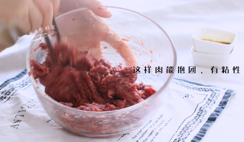 猪肉脯,柠檬片挤汁,腌制里脊肉,紧接着加入蚝油,生抽,糖,盐,红曲粉,搅拌均匀。用筷子将肉朝一个方向搅上劲,搅好之后的肉能抱团,有粘性。放置腌制半小时。</p> <p>>>红曲粉不是必需的,加了它成品比较漂亮。红曲粉虽然是种添加剂,但属于对身体有益的添加剂,就像酵母也是添加剂,但对身体有益一样。