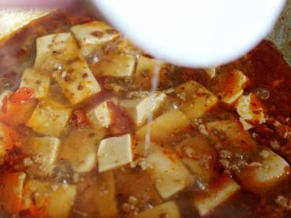 麻婆豆腐,再倒入少许醋和一层薄薄的水淀粉