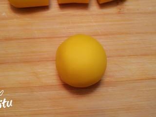薄如蝉翼的三色春饼,和好的南瓜面团盖保鲜膜放置10分钟。