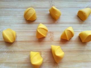 薄如蝉翼的三色春饼,以黄色面团为例开始做春饼。将放置醒发的黄色面团揉匀揉光滑。就像做饺子一样搓成长条,切成10克一个的剂子。