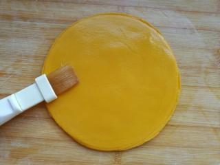 薄如蝉翼的三色春饼,最后在面片底部刷上油防止沾到笼屉上。