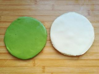 薄如蝉翼的三色春饼,绿色和白色的面团也用同样的方法擀好。