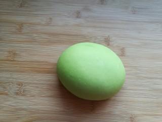 薄如蝉翼的三色春饼,和好的绿色面团也盖保鲜膜放置醒发10分钟。再和好白色面团,也同样放置醒发10分钟。 想要色彩更丰富的可以用紫薯泥和成紫色面团,胡萝卜泥和成橙色面团……