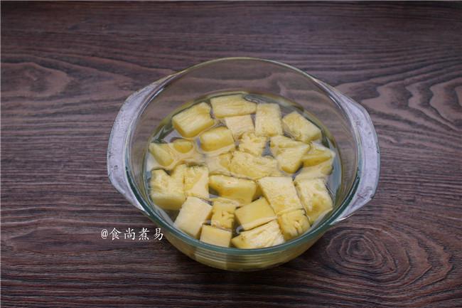 菠萝咕噜肉,菠萝切小块,用盐水浸泡待用