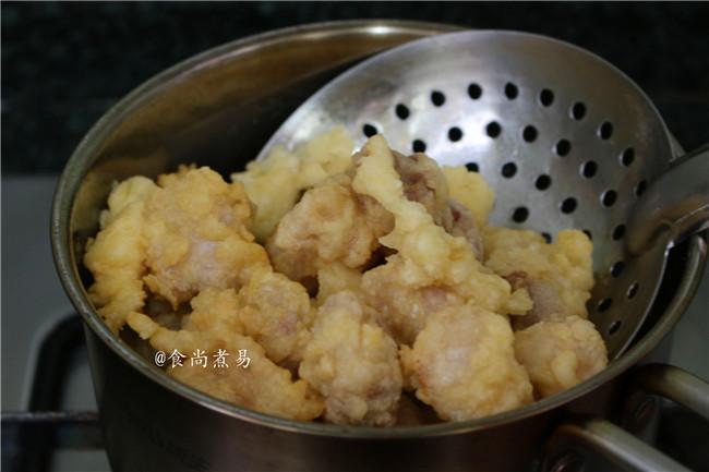 菠萝咕噜肉,捞起稍微放凉,再放入油锅中,大火复炸一次,快速捞起,控干油待用