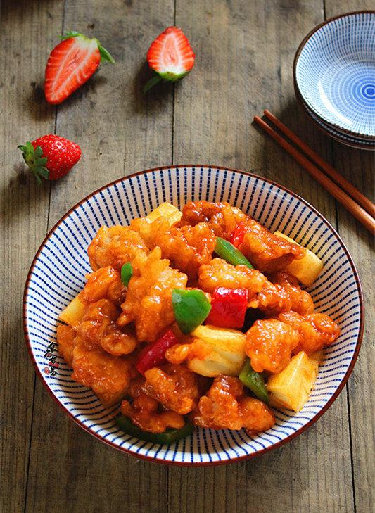 菠萝咕噜肉,菠萝咕咾肉,酸甜适中,香酥可口,孩子爱吃,老人更爱吃。