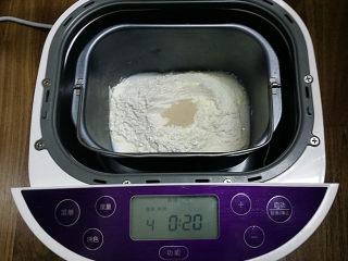 豆沙花瓣面包,将主料除黄油以外的食材放入面包桶、启动揉面程序