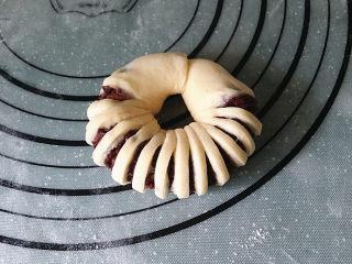 豆沙花瓣面包,将两端绕成环状,再将收口处捏紧