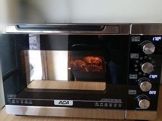 豆沙花瓣面包,送入预热好的烤箱中层:170度、上下火