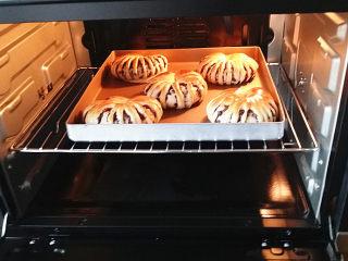 豆沙花瓣面包,烤20分钟左右至表面金黄