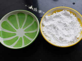 麻辣凉粉,先准备好一碗豌豆淀粉和等量的清水。