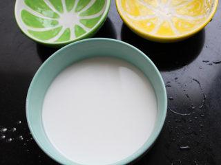 麻辣凉粉,将一碗水和一碗豌豆淀粉混合均匀。