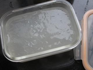 麻辣凉粉,将完全煮熟的淀粉糊倒入一个感觉的容器里,无需抹油一样很好脱模。待温度降下来以后盖上盖子,放冰箱冷藏两小时以上至完全凝固即可。