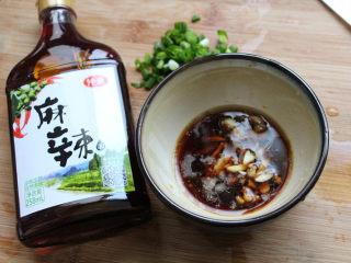 麻辣凉粉,将生抽白醋麻油温开水盐等调味料装入碗中。