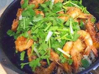椒盐大虾,然后是香菜,迅速翻炒均匀。翻动几下就可以了,不要太久,否则香菜容易老,虾也容易不脆了。