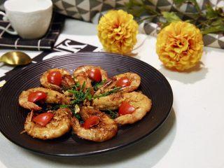 椒盐大虾,这道菜的难点在于炸虾的火候掌握,其余的都挺简单的。我发现,做海鲜的菜,一般都挺省时间的。椒盐虾,简单又大气!人人基本都爱吃,年夜饭可以来一道,呵呵。是吧?