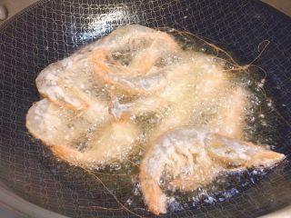 椒盐大虾,然后可以开始虾虾了。锅里放油,油78分热时候,下虾。
