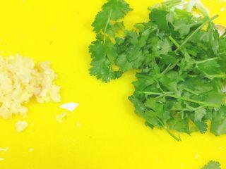 椒盐大虾,把蒜切成蒜沫,香菜切成小段,备用。