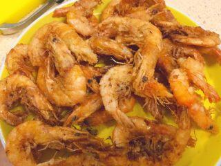 椒盐大虾,炸至这样金黄,酥脆时候,沥干油捞出。