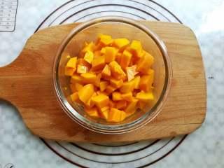 芒果椰奶冻,芒果肉切成小块