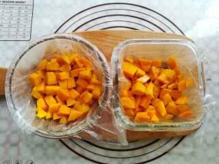 芒果椰奶冻,2个玻璃碗里都装上适量的芒果肉