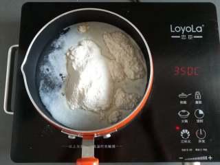 芒果椰奶冻,把椰奶冻粉放入奶锅里,并调到中火