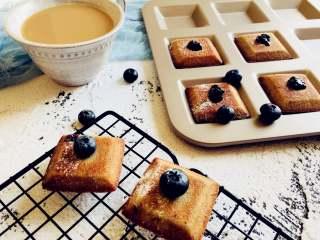 蓝莓酱费南雪,烤箱200度。10到15分钟。具体温度感觉自己烤箱调节。烤制茶色边缘有焦色即可,出炉摊凉密封保存