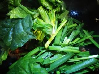 立春美食~炒合菜,倒入韭菜菠菜