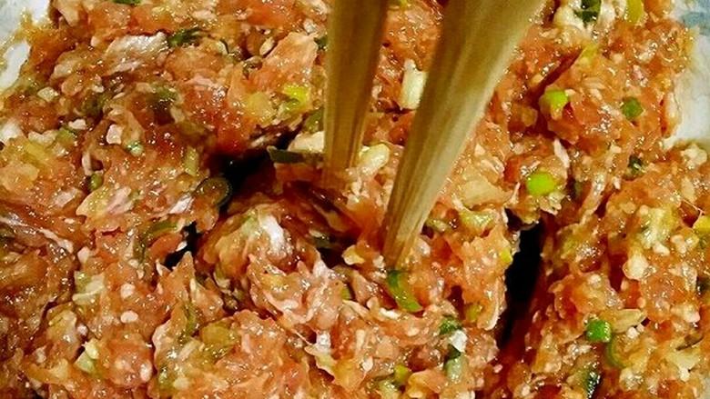 春卷――剩馄饨皮也有春天,用筷子顺时针搅拌均匀,直到搅上劲儿,筷子能立在肉馅中不倒。