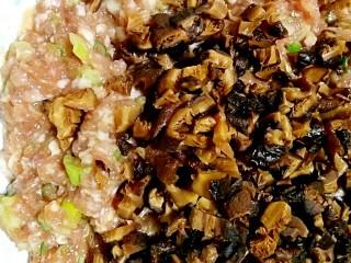 春卷――剩馄饨皮也有春天,将泡发的干香菇切碎加入肉馅中。
