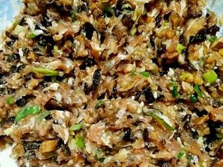 春卷――剩馄饨皮也有春天,搅拌均匀。