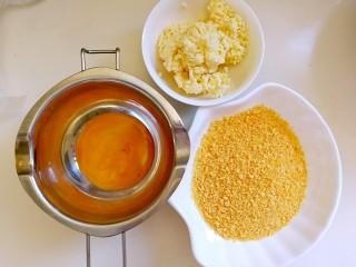 甜味土豆芝士球,面包糠和芝士碎倒在碗里,鸡蛋打散备用