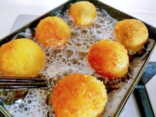 甜味土豆芝士球,期间用筷子翻动土豆球,炸至土豆球至金黄色就好了