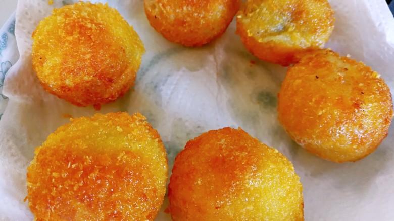 甜味土豆芝士球,炸好的土豆球用吸油纸吸去多余的油