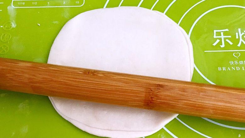 特色面食  春饼,用擀面杖擀饼,尽量擀的薄一点儿