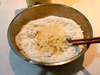 特色面食  春饼,加入开水烫面80%,余下的面粉加入冷水和面