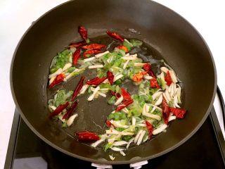 特色面食  春饼,锅里加入大豆色拉油,烧热后加入蒜丝,葱花和干红辣椒,炒出香味
