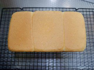 淡奶油吐司,烤好取出立刻脱模,放置室温密封保存即可。