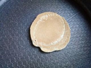 香蕉热松饼【健康快手早餐】,待面糊表面出现大气泡时,就可以翻面了,里面煎至金黄
