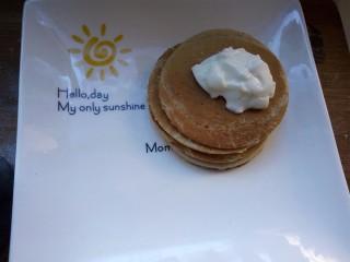 香蕉热松饼【健康快手早餐】,煎出四个松饼,在松饼上装饰酸奶(酸奶要用稠一点的,最好是老酸奶)