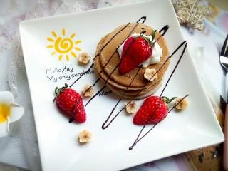 香蕉热松饼【健康快手早餐】,最后,草莓切半放在酸奶上,可以装饰些爱吃的水果,最后淋上巧克力(也可以换成蜂蜜)。这样,香蕉热松饼就做好了。✌