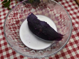 紫薯米糕(宝宝辅食),蒸好的紫薯泥中倒些牛奶