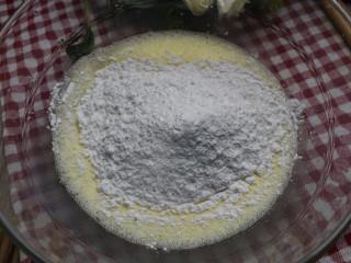 紫薯米糕(宝宝辅食),接着倒入大米粉