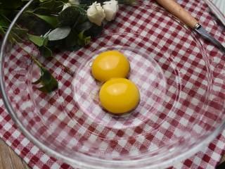 紫薯米糕(宝宝辅食),将两只鸡蛋分离蛋清蛋黄