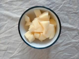 宝宝辅食   10M+  健脾养胃小米苹果粥,把苹果去皮切成小块待用。